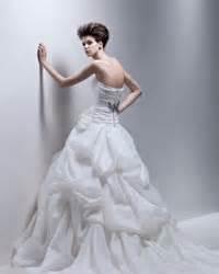 Какое красивое платье и какая ужасная спина! Жаль девушку.
