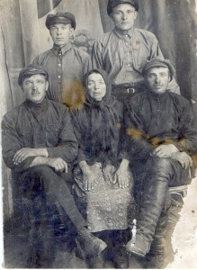 Бабушка Федора и папа, стоит слева